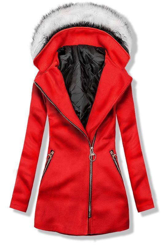 Červený kabát s kapucí